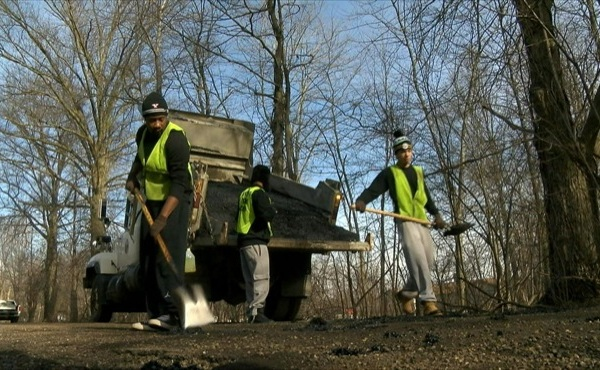 convicts begin patching potholes mahoning county_129075