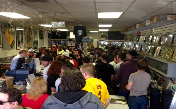 Crowds gather at Record Connection in Niles_136373