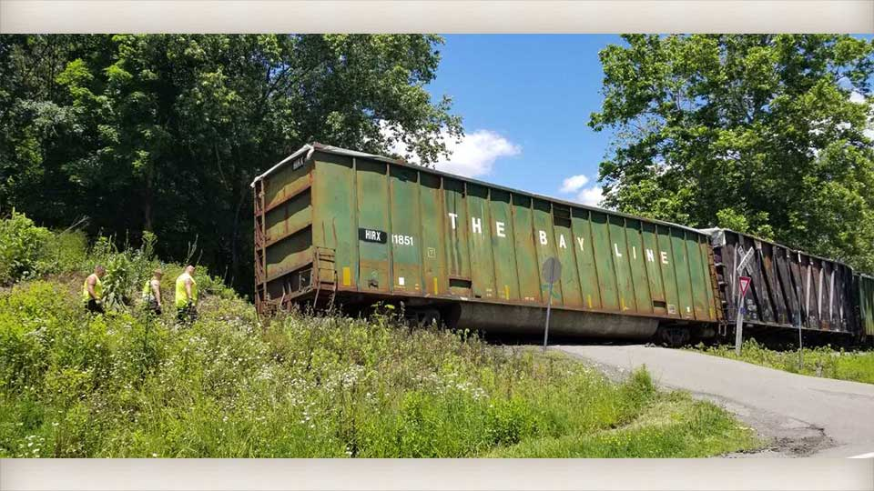 A small entrance off Route 154 was briefly blocked Friday on the Youngstown Southern Railroad between Rogers and Negley.
