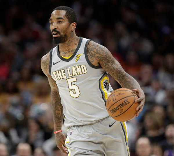 Cleveland Cavaliers' JR Smith drives against the Phoenix Suns in the second half of an NBA basketball game (AP Photo/Tony Dejak)