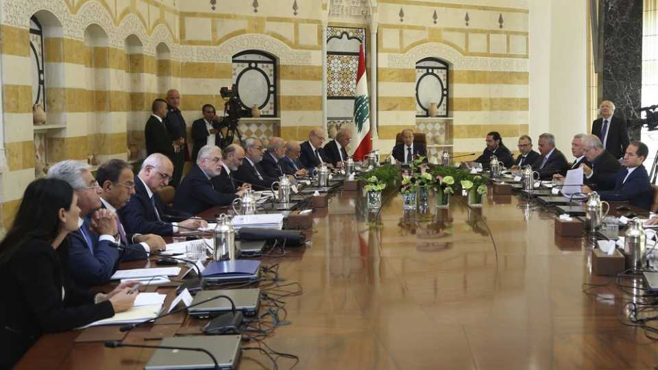 Lebanese president meets with political leaders in Lebanon