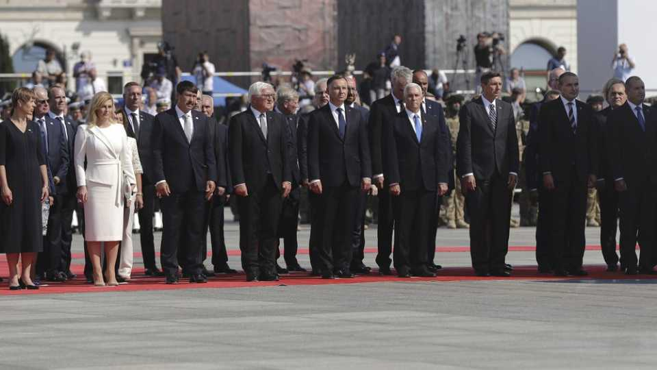 Officials and leaders at WWII anniversary ceremony