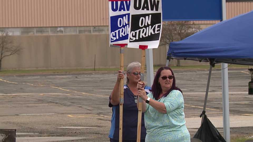 UAW members picket at GM Lordstown for Solidarity Sunday.