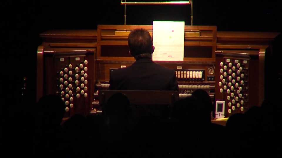 Organist gives sound to scary silent film at Youngstown showing