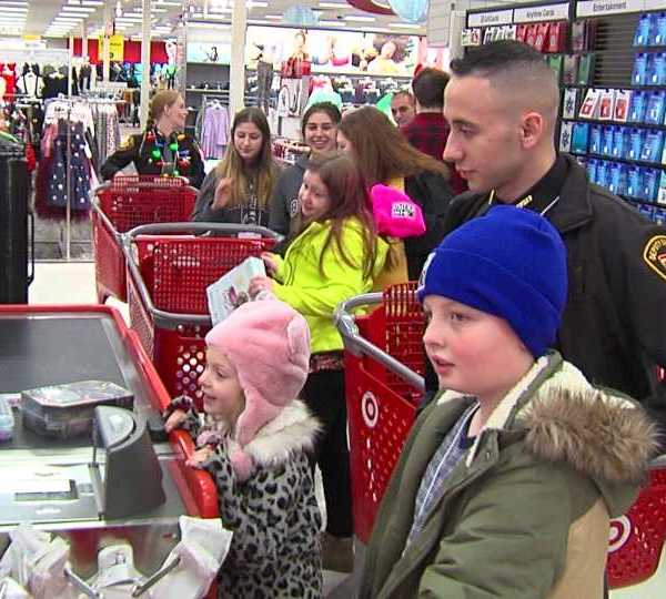 Mahoning County Deputies take kids to shop with a cop