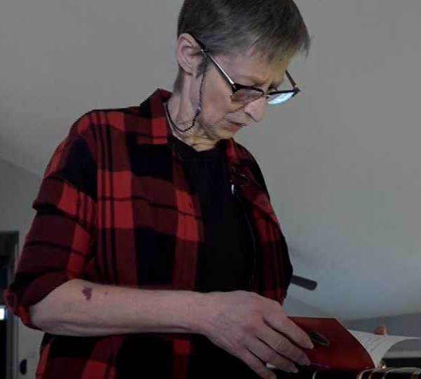 A woman battling terminal cancer is asking for help completing her bucket list. She's living vicariously through others with their Christmas cards from across the world.