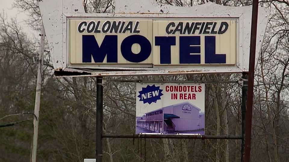 Canfield Colonial Motel closes.