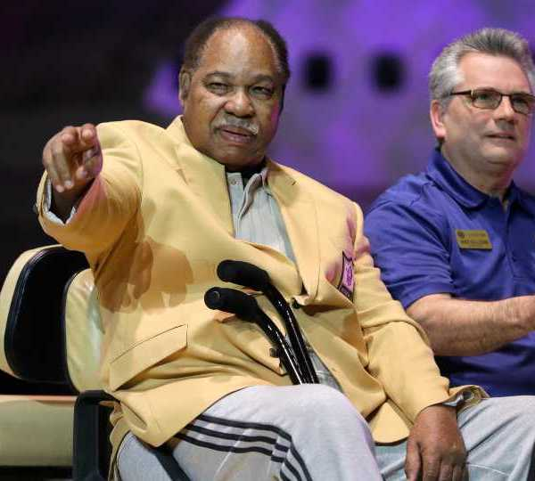 Bobby Mitchell is introduced before the inaugural Pro Football Hall of Fame Fan Fest Friday, May 2, 2014, at the International Exposition Center in Cleveland.