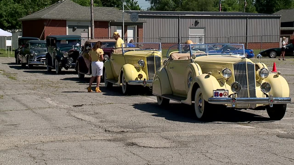 Classic car parade raises money for Packard Museum in Warren.