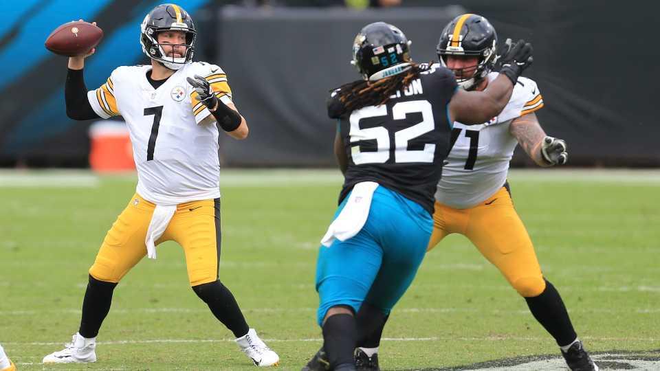 El quarterback de los Steelers de Pittsburgh Ben Roethlisberger lanza un pase ante la presión del defensive tackle de los Jaguars de Jacksonville DaVon Hamilton, en la primera mitad del juego del domingo 22 de noviembre de 2020, en Jacksonville.