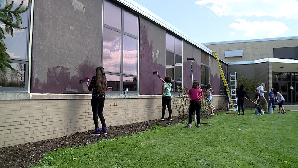 Boardman Glenwood Junior High School students paint panels