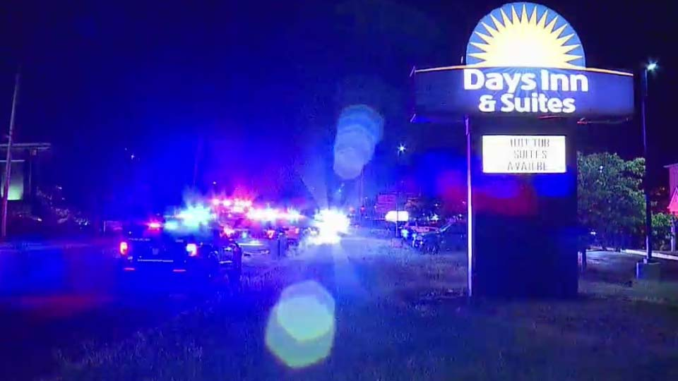 2 Boardman officers injured after fight at Days Inn