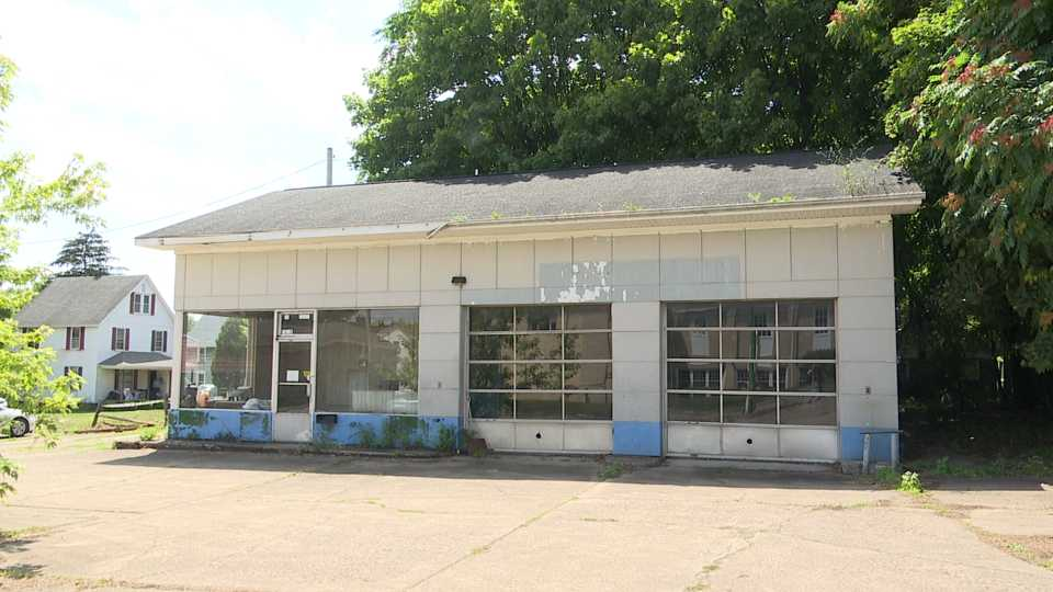 Former Chet's Service Station in Columbiana