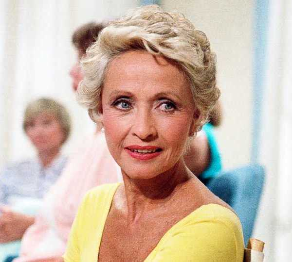 """In this July 1986 file photo, Actress Jane Powell poses for a photo in New York. Jane Powell, the bright-eyed, operatic-voiced star of Hollywood's golden age musicals who sang with Howard Keel in """"Seven Brides for Seven Brothers"""" and danced with Fred Astaire in """"Royal Wedding,"""" has died. Thursday, Sept. 16, 2021. She was 92."""
